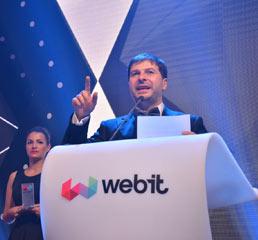 Пламен Русев връчва наградата за най-добро решение за градска мобилност по време на официалната церемония и вечеря на наградите Webit